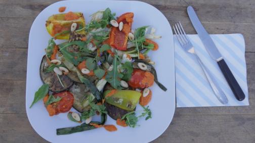 Antipasti aux légumes bio grillés avec sauce romesco