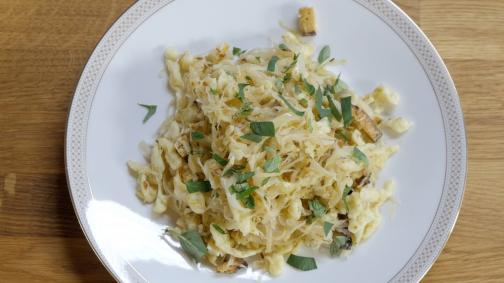 Knöpfli-Sauerkraut-Pfanne mit Räuchertofu